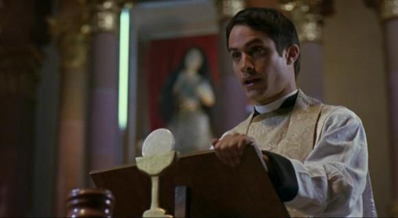 Gael García Bernal em O Crime do Padre Amaro (El Crimen del Padre Amaro, Carlos Carrera, 2002)