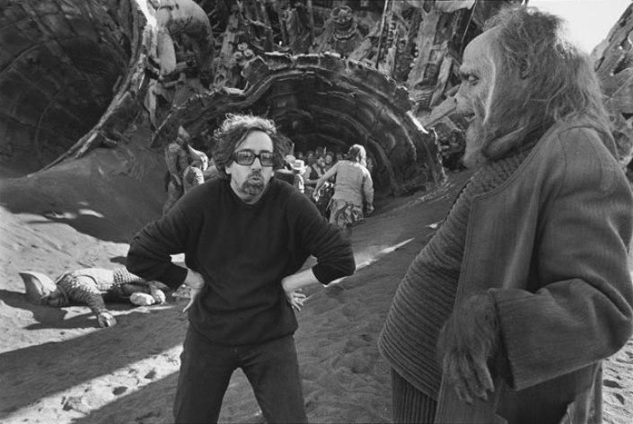 Tim Burton e Paul Giamatti no set de Planeta dos Macacos (Planet of the Apes, 2001)