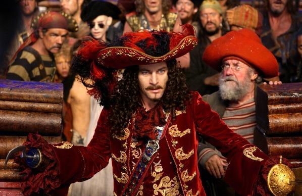 Jason Isaacs & Richard Briers em Peter Pan (P.J. Hogan, 2003)